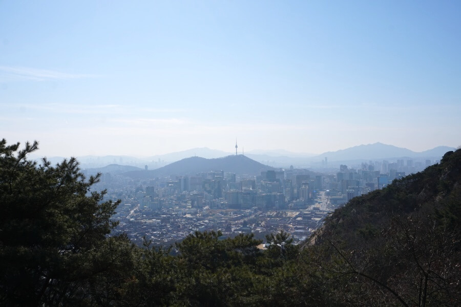 Blick auf Seoul vom Wanderweg entlang der alten Stadtmauer
