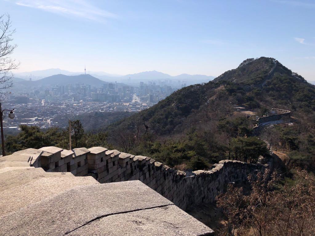 Wandern in Seoul entlang der alten Stadtmauer