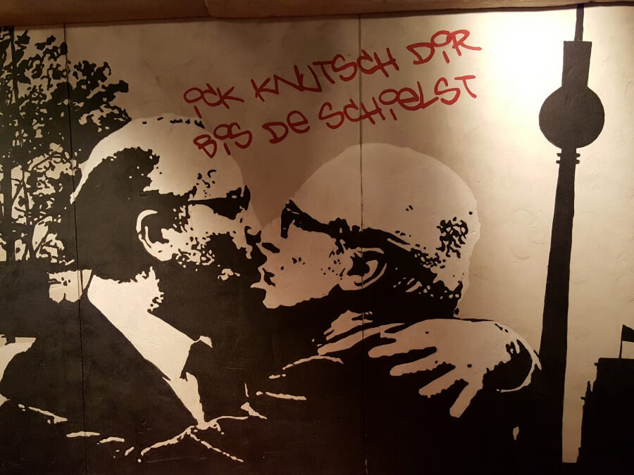 Streetart Berliner Mauer im Foyer der Story of Berlin