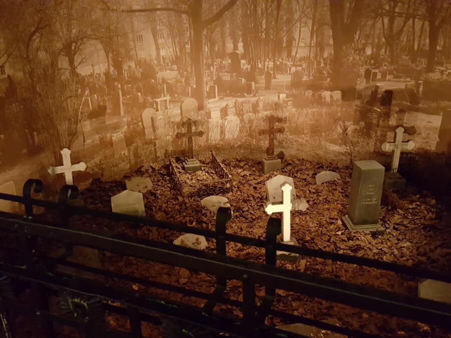 Zwischen den Zeiten schauen wir auf einen Friedhof in Zeiten des Ersten Weltkriegs