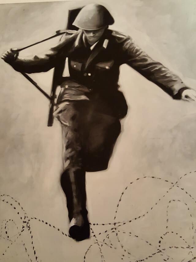 """Das beruehmte Bild """"Sprung in die Freiheit"""" des Grenzpolizisten Conrad Schumann in der Story of Berlin"""