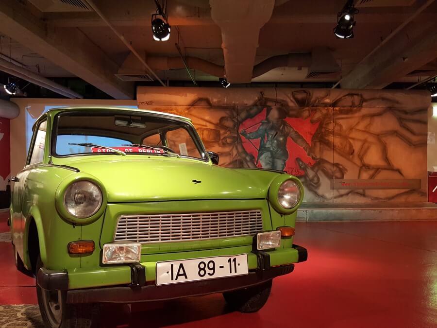 Trabi vor der Berliner Mauer im Museum Story of Berlin