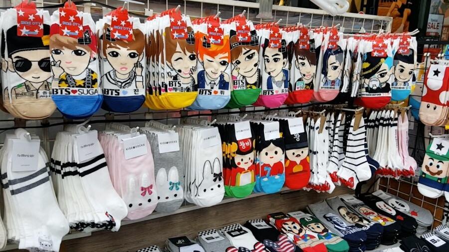 Sockenliebe in Suedkorea. Bunte Socken gibt es ueberall zu kaufen.