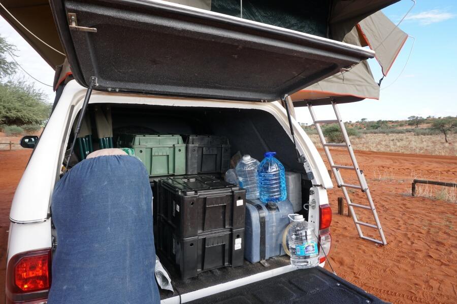 Die Ladeflaeche unseres Toyota Hilux - alle Camping Utensilien haben Platz