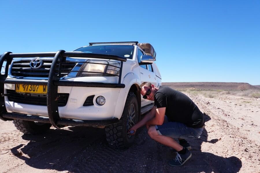 Marco passt den Reifendruck bei unserem Namibia Roadtrip an die Schotterpiste an