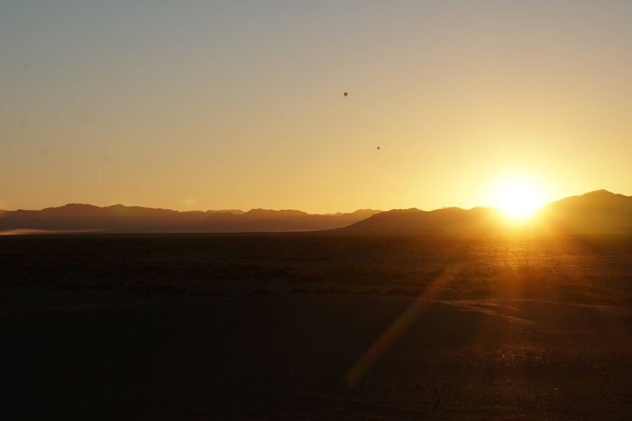 Sonnenaufgang hinter den Duenen des Sossusvlei im Namib-Naukluft-Park