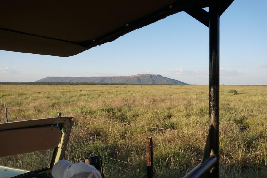 Farmdrive mit Blick auf den Waterberg