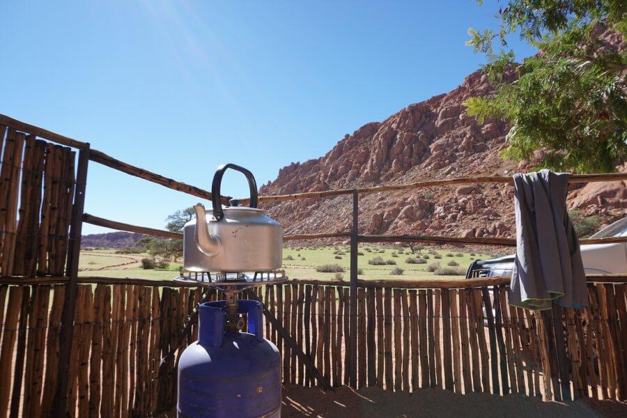 Kaffee kochen beim Camping in Namibia auf der Koiimasis Ranch in den Tirasbergen