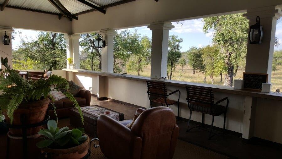 Ausblick vom Restaurant der Tamboti Camspite auf ein Wasserloch im Onguma Game Reserve