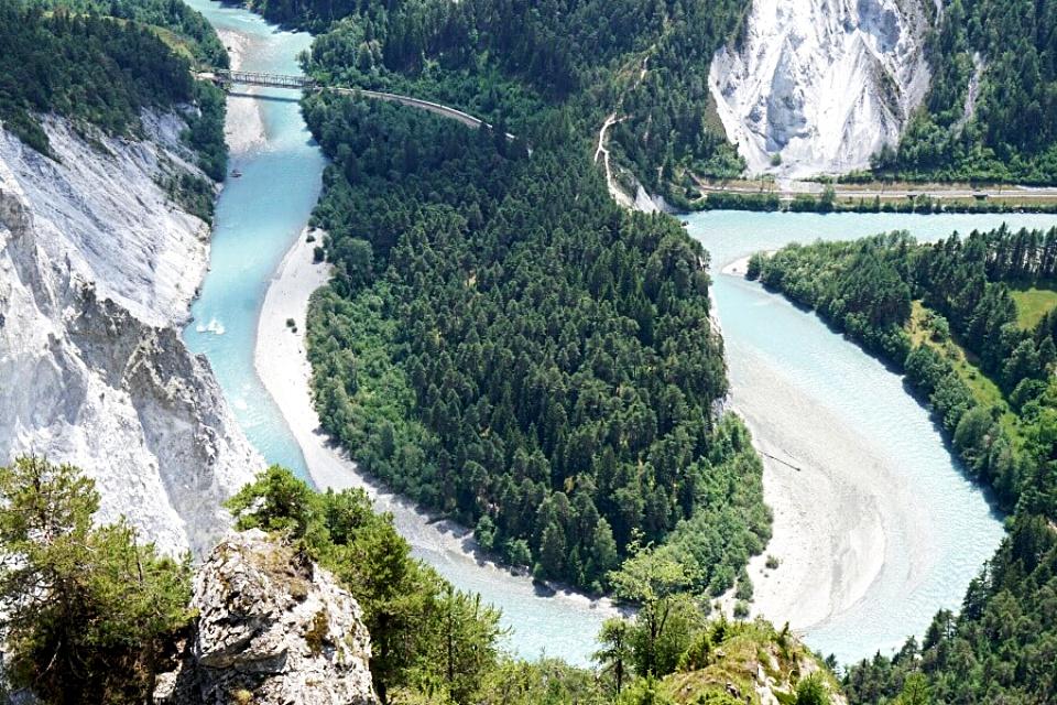 Ausblick auf die Rheinschlucht auf der Wanderung von Flims
