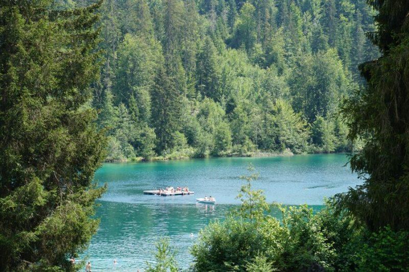 Der Crestasee, ein beliebter Badesee bei Flims in der Schweiz