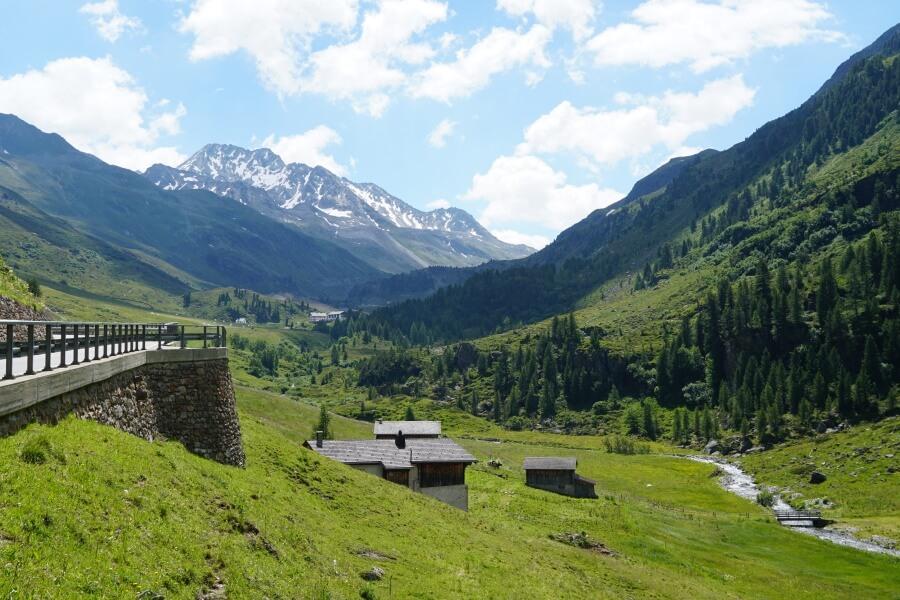 Der Fluelapass zwischen Davos und Susch in Graubuenden im Unterengadin