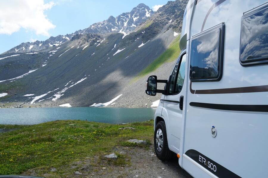 Bergsee auf dem Hochplateau des Fluelapass auf unserem Schweiz Roadtrip