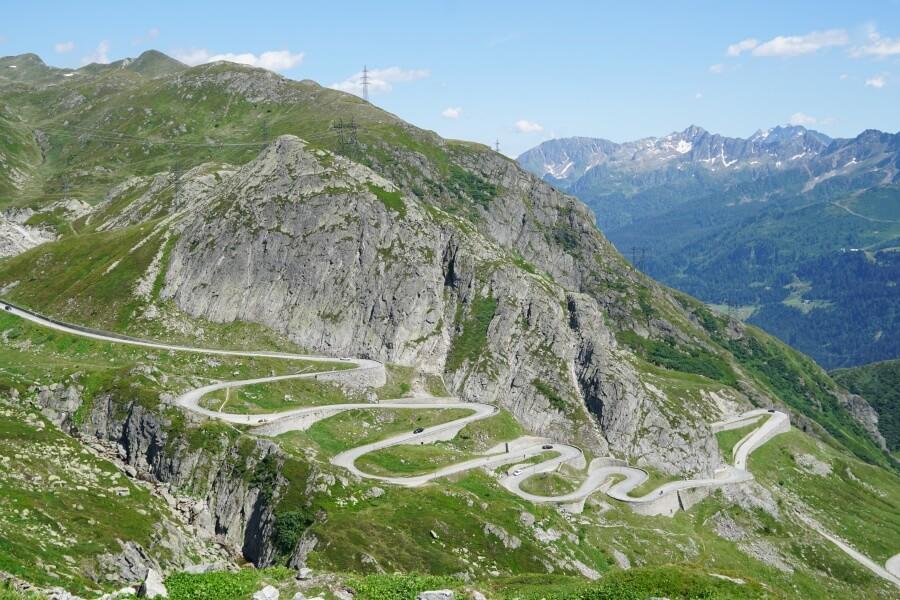 Blick auf die alte Tremolastrasse am Gotthardpass