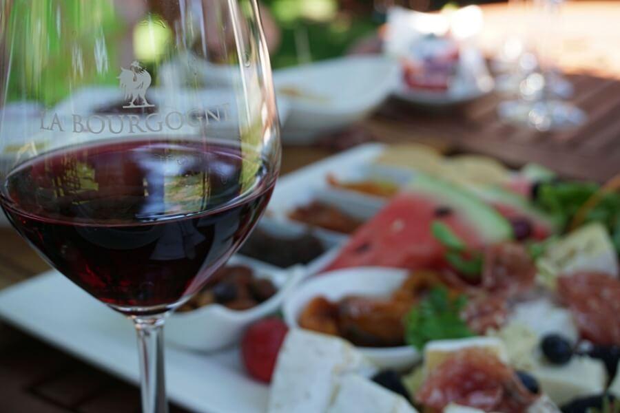 Leckeres Mittagessen und Wine Tasting auf der Farm La Bourgogne auf unserer Tour mit der Franschhoek Wine Tram