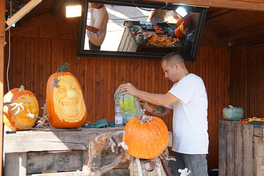 Kuerbisschnitzer bei der Arbeit im Bluehenden Barock