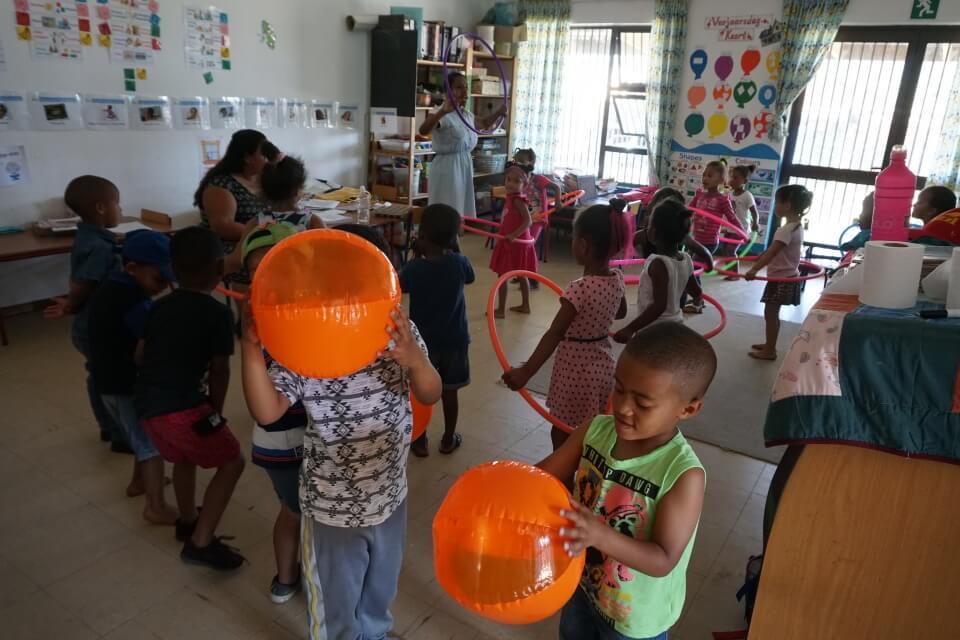Spielende Kinder im Kindergarten Kylemore in Suedafrika