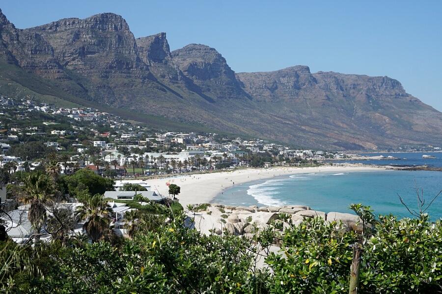 Ausblick auf den Strand von Camps Bay in Kapstadt