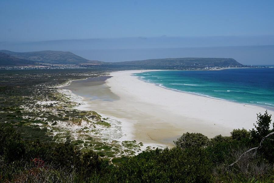 Strahlend weißer Noordhoek Beach am Chapmans Peak Drive in Kapstadt