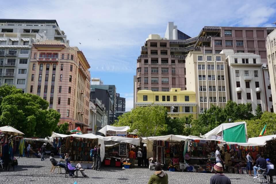 Der Green Market Square in Kapstadt mit seinem Flohmarkt, umgeben von Art Deco Gebaeuden