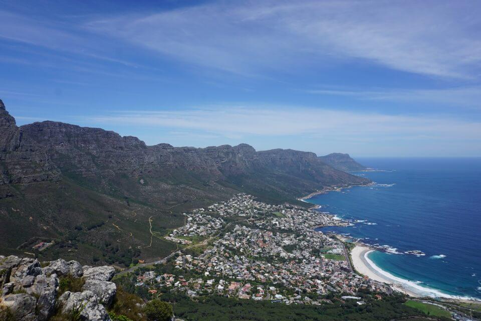 Ausblick vom Lions Head ueber die 12 Apostel in Kapstadt