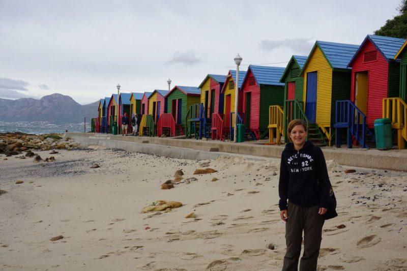 Bunte Badehaeuschen am Strand von Muizenberg auf dem Weg zum Kap der Guten Hoffnung