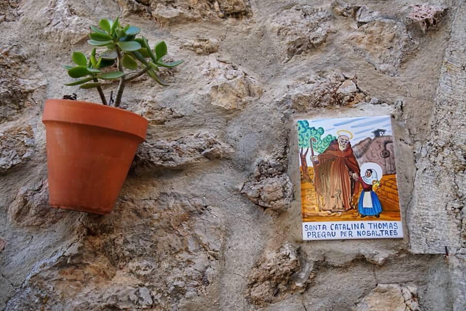 Bunte Kacheln mit Geschichten ueber die Inselheilige Santa Catalina Thomas in Valldemossa