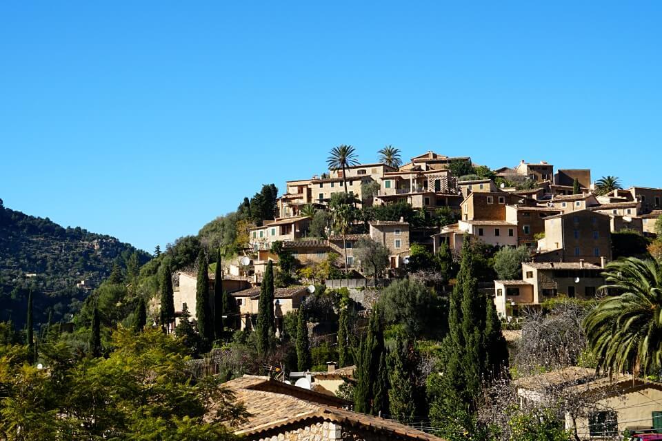 Blick auf das Kuenstlerdorf Deia auf Mallorca im Winter