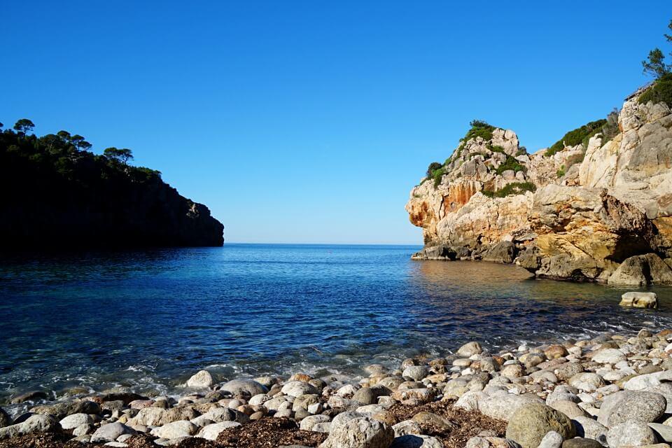 Im Winter ist die Bucht Cala Deiá auf Mallorca richtig einsam