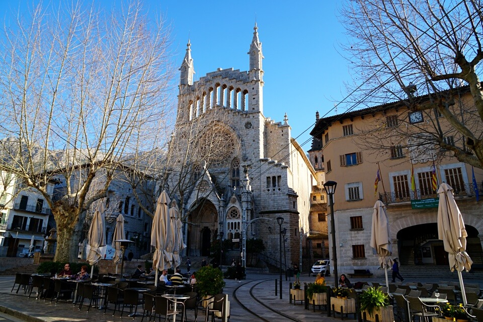 Der Placa Constitucio mit seiner Kirche Sant Bartomeu in Soller