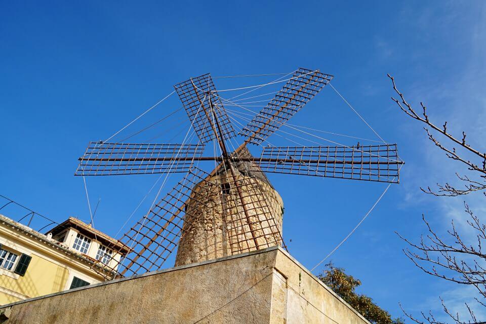 Windmuehle in Palmas Stadtviertel Santa Catalina