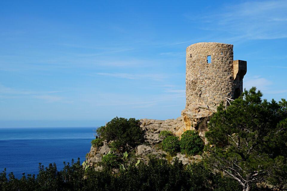 Der einstige Verteidigungs- und heutige Aussichtsturm Mirador de Ses Animes an Mallorcas Westkueste