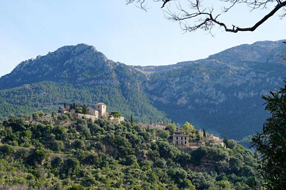 Blick auf das Kuenstlerdorf Deia in der Serra de Tramuntana auf Mallorca