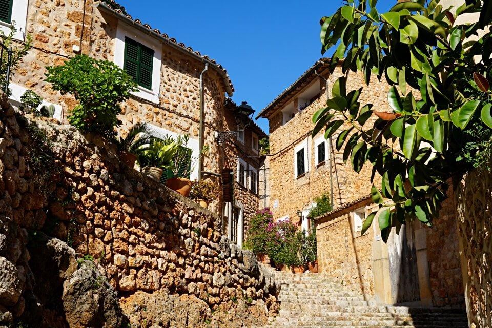 Fornalutx in der Serra de Tramuntana wurde schon mehrmals als Spaniens schoenstes Dorf ausgezeichnet