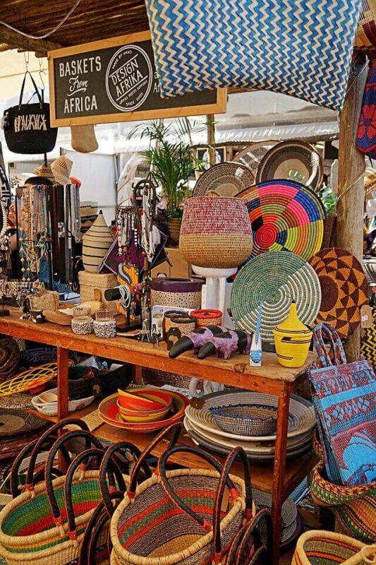 Taschen auf dem Dekoration auf dem Oranjezicht City Farm Market in Kapstadt