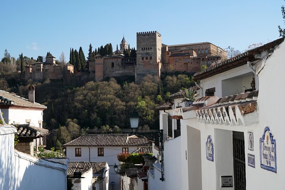 Blick aus den Gassen des Stadtviertels Albaicin in Granada