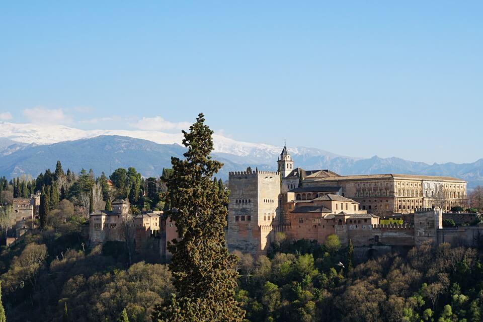 Die Alhambra in Granada vor den schneebedeckten Gipfeln der Sierra Nevada
