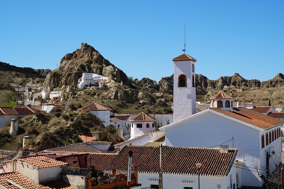 Das Hoehlenviertel in Guadix im Osten Andalusiens