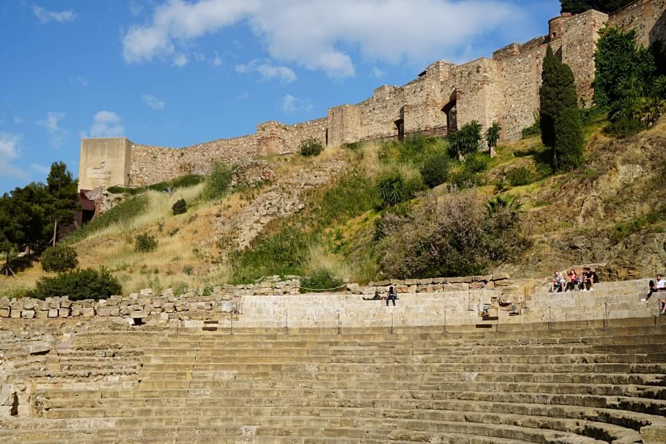 Blick auf die Alcazaba in Malaga vom Roemischen Theater