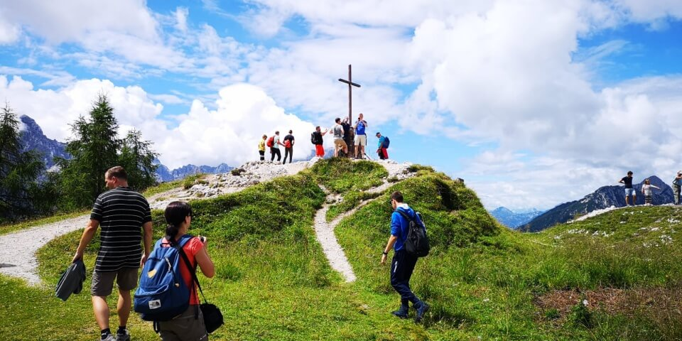 Am Gipfelkreuz auf dem Monte Lussari ist so einiges los