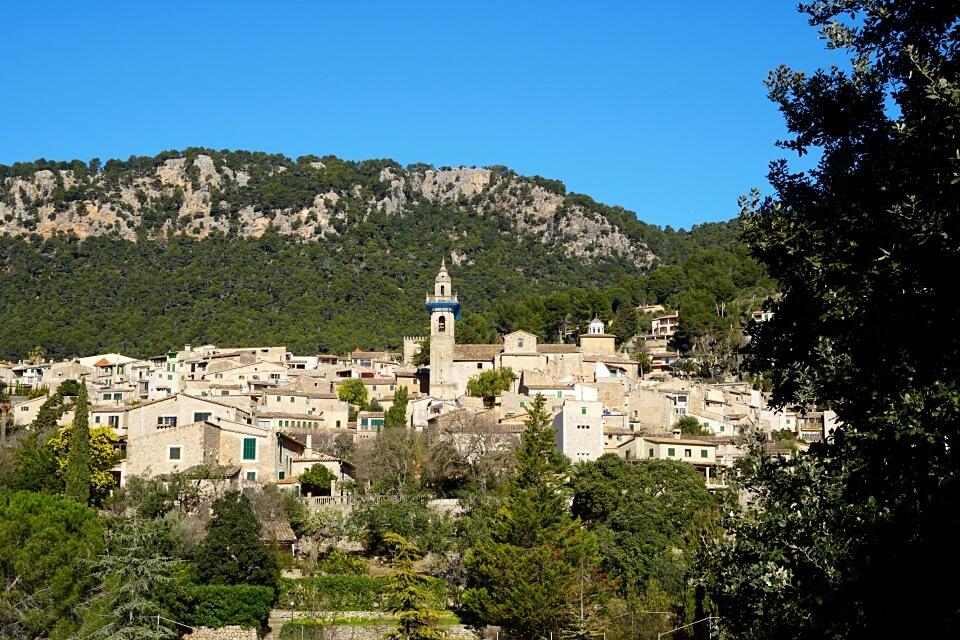 Blick auf Valldemossa in der Serra de Tramuntana auf Mallorca