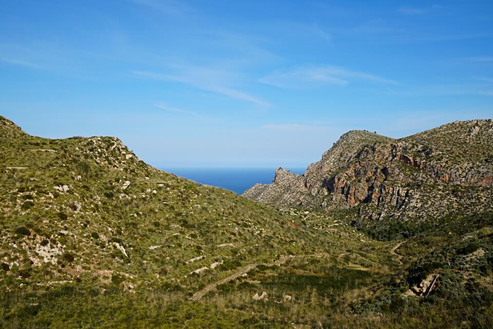Ausblicke auf Berge und Meer in der Serra de Tramuntana auf Mallorca