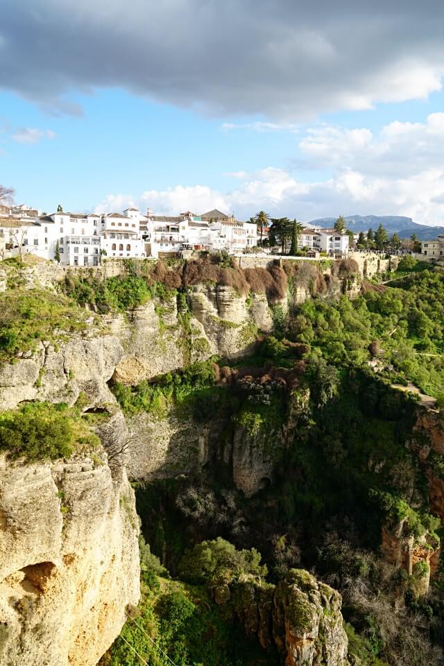 Haeuserfront direkt neben der Puente Nuevo in Ronda