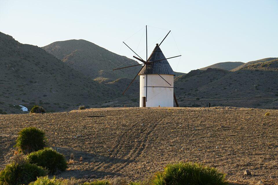 Windmuehle im Naturpark Cabo de Gata in Andalusien