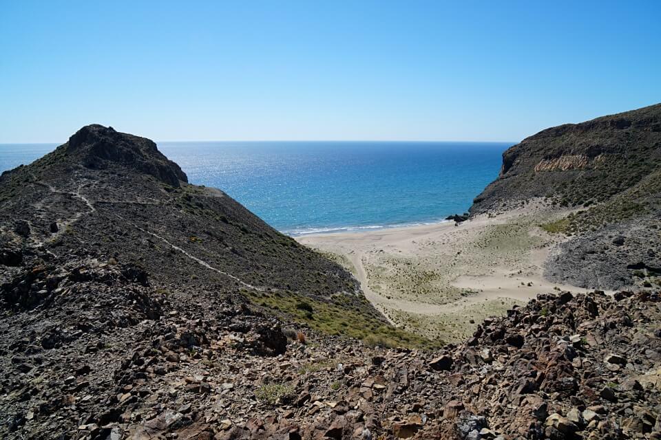 Vulkangestein an einer Bucht im Naturpark Cabo de Gata