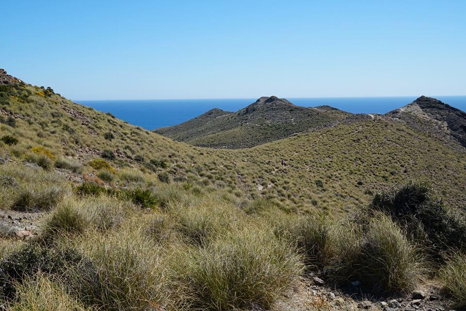 Wandern in Andalusien im Naturpark Cabo de Gata mit Blick aufs Meer