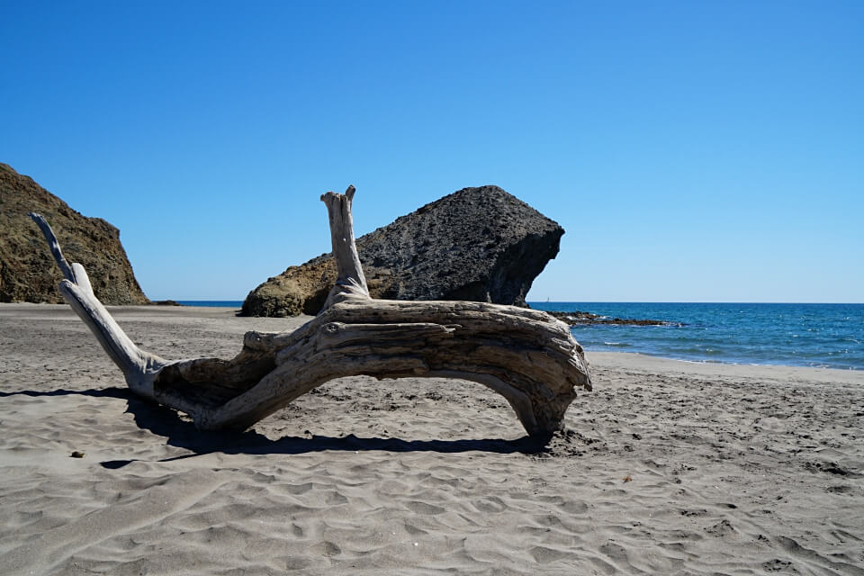 Die wunderschoen raue Playa de Monsul im Naturpark Cabo de Gata