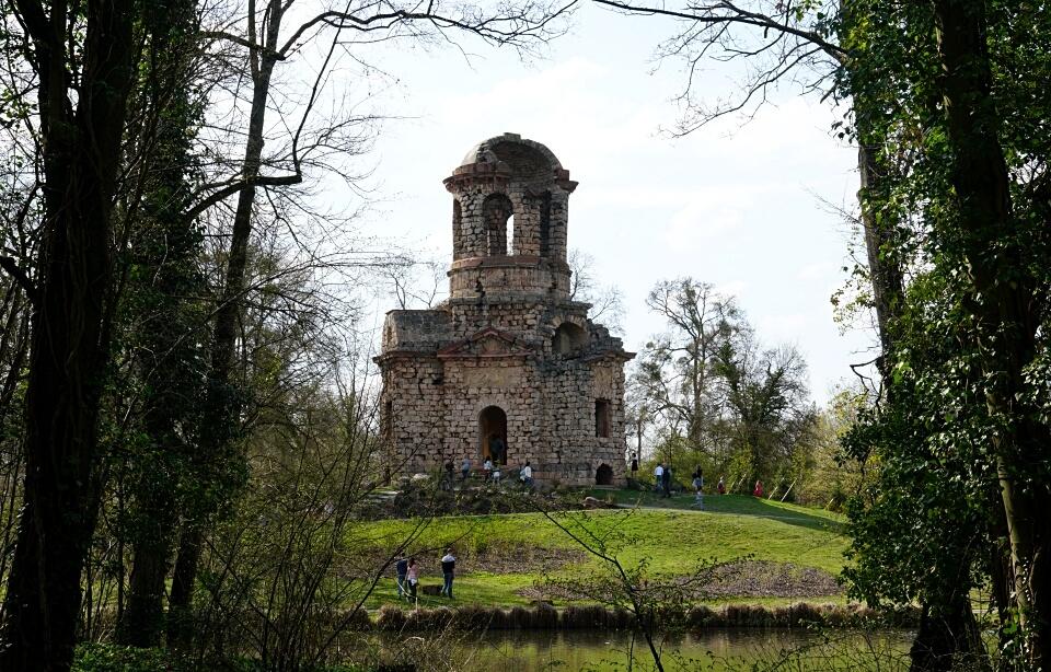 Gebaut als Ruine: der Merkurtempel im Schlossgarten Schwetzingen