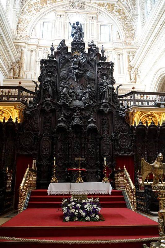 Chorgestuehl und Orgel in der Kathedrale der Mezquita in Cordoba