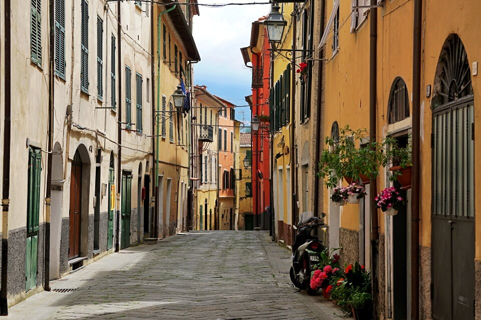 Gasse im Bergdorf Borgomaro in Ligurien